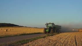 De tractoraandrijving langs de landweg stock footage