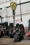 De tractormotor wordt opgeschort op een kruk stock fotografie
