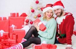 De traditie van familiekerstmis Het paar in liefde geniet van de viering van de Kerstmisvakantie Het vieren Kerstmis samen loving royalty-vrije stock afbeeldingen