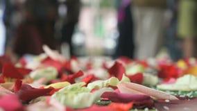 De traditie van het huwelijk Nam bloemblaadjes op tapijt worden verspreid dat toe stock video
