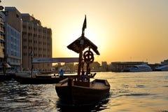 De traditionele Abra-boot in de Kreek van Doubai Royalty-vrije Stock Afbeeldingen