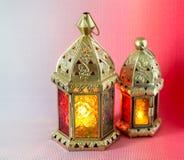 De traditionele Arabische lantaarns staken omhoog voor het vieren van heilige maand van Ramadan aan royalty-vrije stock foto