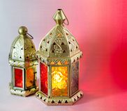 De traditionele Arabische lantaarns staken omhoog voor het vieren van heilige maand van Ramadan aan royalty-vrije stock afbeelding