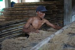 De traditionele arbeiders van de noedelfabriek in Yogyakarta, Indonesië stock foto