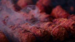 De traditionele Ballen ` mici ` van het voedselvlees bij de grill