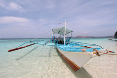 De traditionele boot van Filippijnen op de overzeese kust Stock Foto's