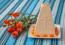De traditionele cake van gestremde melkpasen op geborduurd tafelkleed Stock Afbeeldingen