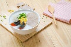 De traditionele Chinese haverbrij van de havermoutpaprijst in kom, congee Stock Afbeelding