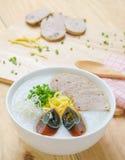 De traditionele Chinese haverbrij van de havermoutpaprijst in kom, congee Royalty-vrije Stock Foto