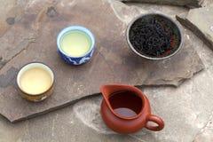 De traditionele Chinese toebehoren van de theeceremonie (koppen, puer thee en Stock Afbeeldingen
