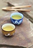De traditionele Chinese toebehoren van de theeceremonie (theekoppen) op s Royalty-vrije Stock Afbeelding