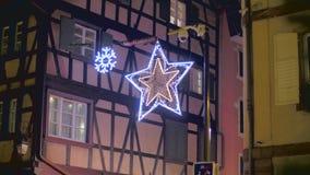 De traditionele decoratie van de Kerstmisstraat stock footage