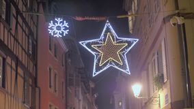 De traditionele decoratie van de Kerstmisstraat stock footage