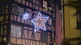 De traditionele decoratie van de Kerstmisstraat stock video