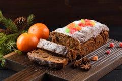 De traditionele eigengemaakte die cake van het chocoladefruit met geglaceerd wordt verfraaid Stock Afbeeldingen