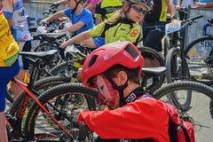 De traditionele Fiets van de fietsconcurrentie voor het leven Raceauto's die wachten te beginnen De jonge fietser heeft samenstel Stock Fotografie