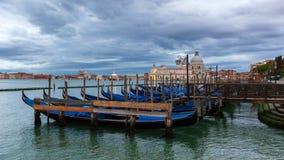 De traditionele Gondels bij het Kanaal Grande in Venetië, Italië stock foto