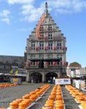 De Traditionele Goudse kaasmarkt in de Oude Stad van Gouda Stock Afbeelding