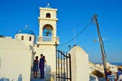 De traditionele Griekse openluchtmening Santorini van de kerkzomer royalty-vrije stock foto's