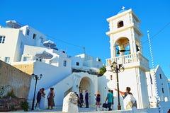 De traditionele Griekse openluchtmening Santorini van de kerkzomer stock afbeeldingen