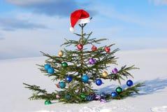 De traditionele hoed van de Kerstman op de winterachtergrond Stock Fotografie