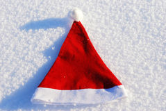 De traditionele hoed van de Kerstman op de winterachtergrond Stock Afbeeldingen
