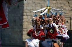 De traditionele Hongaarse met de hand gemaakte pop van speelgoedmarionetten in symbolische artistieke kleding Stock Foto