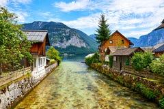 De traditionele houten Oostenrijkse huizen van Hallstattoostenrijk stock afbeeldingen
