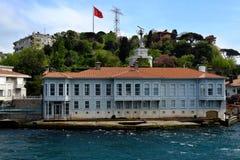 De traditionele huizen van de waterkant op Bosphorus Royalty-vrije Stock Foto's