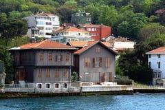 De traditionele huizen van de waterkant op Bosphorus Royalty-vrije Stock Foto