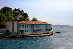 De traditionele huizen van de waterkant op Bosphorus Stock Foto's