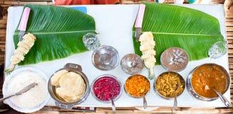 De traditionele Indische maaltijd dient op banaanbladeren stock afbeelding