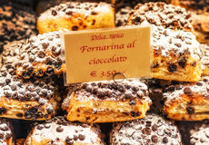 3 05 2017 - De traditionele Italiaanse snoepjes in een etalage van een dessert winkelen in Venetië, Italië Royalty-vrije Stock Fotografie