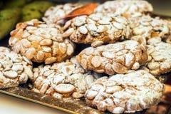 De traditionele Italiaanse snoepjes in een etalage van een dessert winkelen in Venetië, Italië Stock Foto's