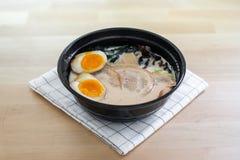 De traditionele Japanse soep ramen met gesneden varkensvlees Royalty-vrije Stock Afbeeldingen