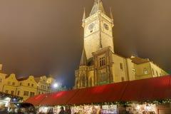 De traditionele Kerstmismarkten en de Astronomische klok bij Oude stad regelen in Praag, Tsjechische republiek Stock Foto's