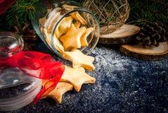 De traditionele koekjes van de Kerstmispeperkoek in de kruik Royalty-vrije Stock Afbeeldingen