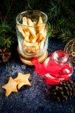 De traditionele koekjes van de Kerstmispeperkoek in kruik Royalty-vrije Stock Foto's