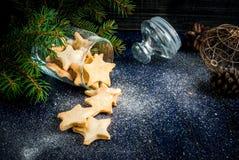De traditionele koekjes van de Kerstmispeperkoek in kruik Royalty-vrije Stock Foto