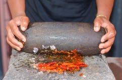 De traditionele manier van Sri Lankan om kruiden te malen stock afbeelding