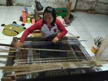 De traditionele manier van de stoffenmaker songket royalty-vrije stock foto