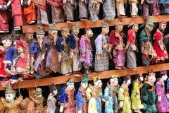 De traditionele marionetten die van Birma voor verkoop voor een pagode in Mandalay, Myanmar hangen Stock Afbeeldingen