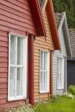 De traditionele Noorse houten gekleurde cabine huisvest voorgevels Trave Royalty-vrije Stock Foto
