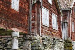 De traditionele Noorse houten rode gekleurde cabine huisvest voorgevels O Stock Afbeeldingen
