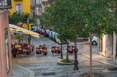 De traditionele openluchtkoffie op een engte cobbled straat na regen in Cagliari, Italië, 09 Oktober 2018, SELECTIEVE NADRUK stock fotografie