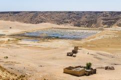 De traditionele overzeese zoute landbouw in vierkante pools bij de kust van Angola ` s royalty-vrije stock fotografie