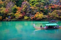 De traditionele pas van de toeristenboot op de smaragdgroene rivier van kleurenkatsura Stock Afbeeldingen