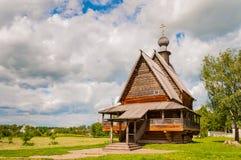 De traditionele Russische houten kerk in de oude stad van Suzdal, Rusland stock fotografie