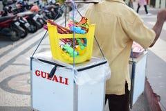 De traditionele speelgoed en verkoper van het gesponnen suikervoedsel royalty-vrije stock foto