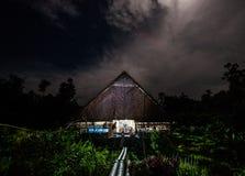 De traditionele stam van huismentawai in de wildernis bij nacht Stock Afbeeldingen